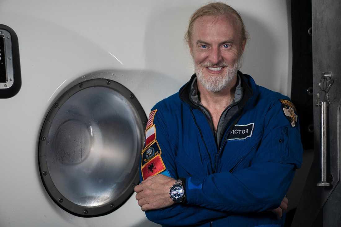 Utforskaren och affärsmannen har nu slagit James Camerons gamla världsrekord i djupdykning – med elva meter.