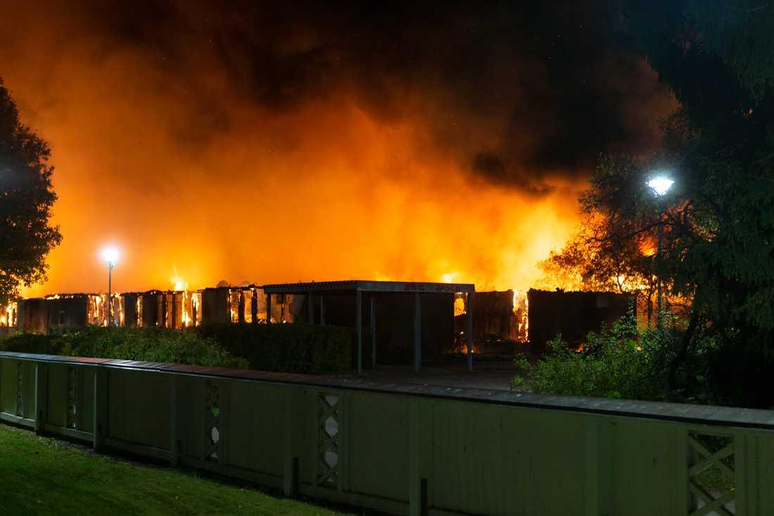 Gottsundaskolan i Uppsala står i brand. Delar av skolan har totalförstörts.