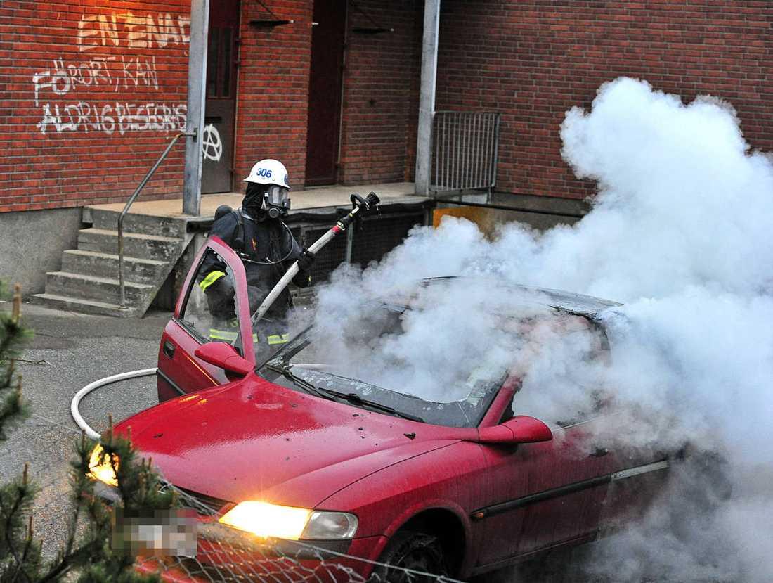 Bil som brinner vid Kämpingeskolan i Tensta