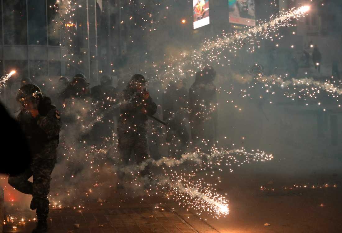 Kravallpolis i Libanons huvudstad Beirut fick smällare kastade mot sig i centrala Beirut på lördagen.