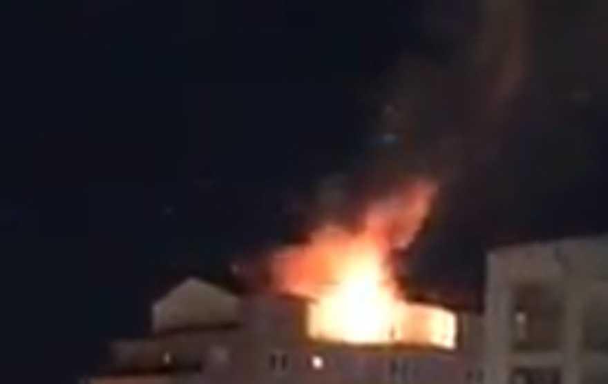 Branden spred sig till taket.