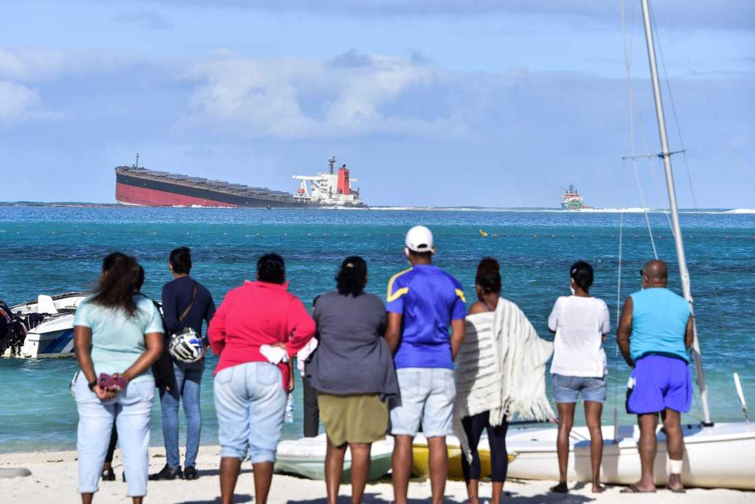 Ett fartyg har kantrat vid Mauritius och läcker olja rakt ut i Indiska oceanen.
