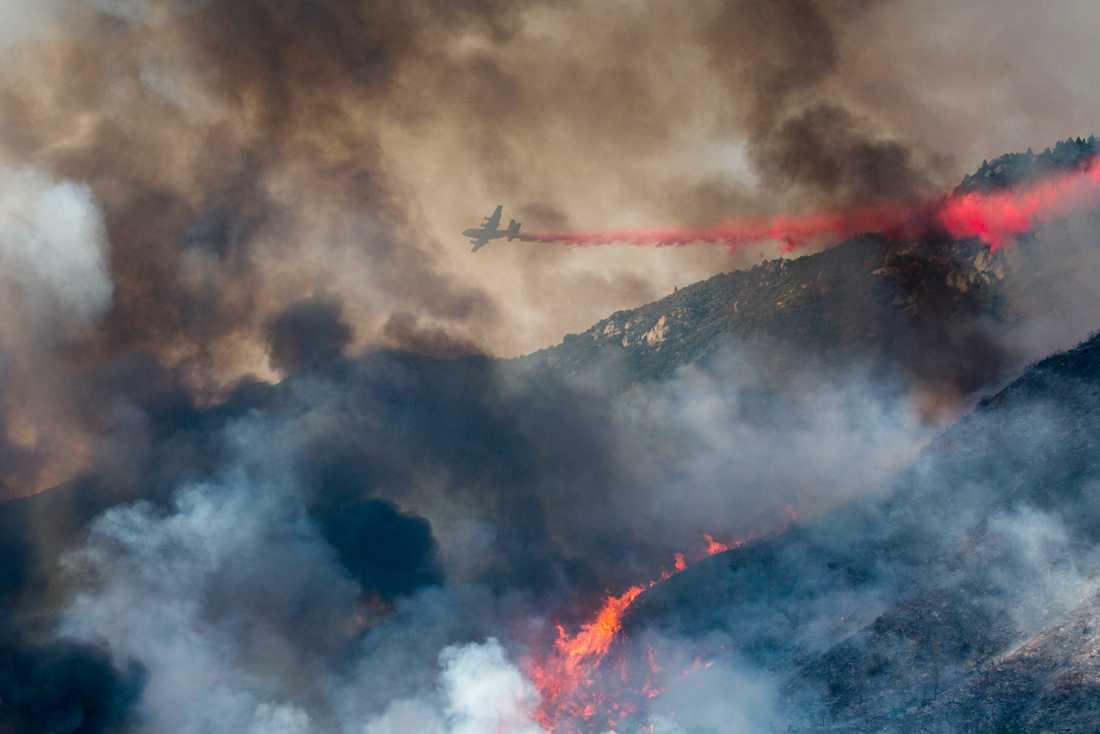 Brandflyg ovanför branden i Yucaipa, Kalifornien.