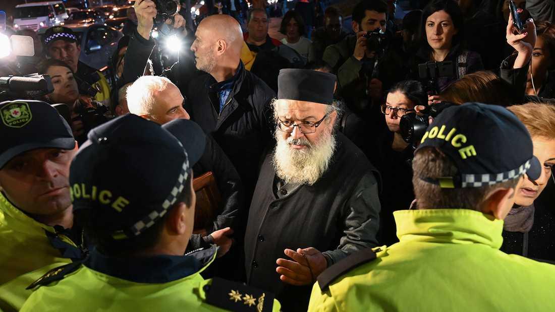 """En präst pratar med polismän vid biopremiären av """"And then we danced"""" i Tbilisi, Georgien."""