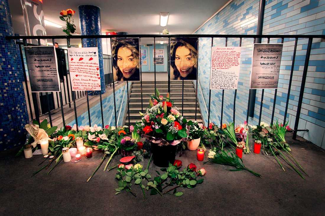 Familjen har skrivit ett brev som de satt upp i tunnelbanan nära platsen där Amanda dödades.