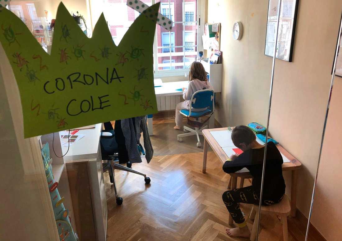 Två barn som sköter skolarbetet i sitt hem i Madrid efter att skolorna stängts med anledning av coronaviruset.
