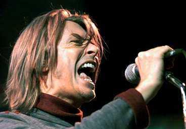 brand new adf9f 4ad6b MEDIOKER LIVE David Bowie modell äldre har svårt att övertyga på scenen.