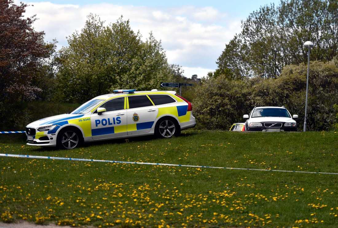En kvinna har utsatts för ett våldtäktsförsök av två män i Vällingby i västra Stockholm.