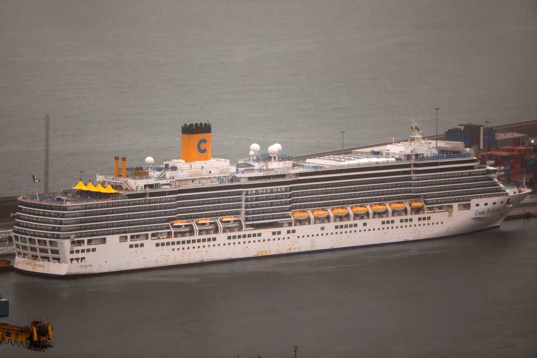 Costa Deliziosa i hamnen i spanska Barcelona där över hundra passagerare släpps av innan fartyget sätter kurs mot sitt sista stopp i Genua i Italien.