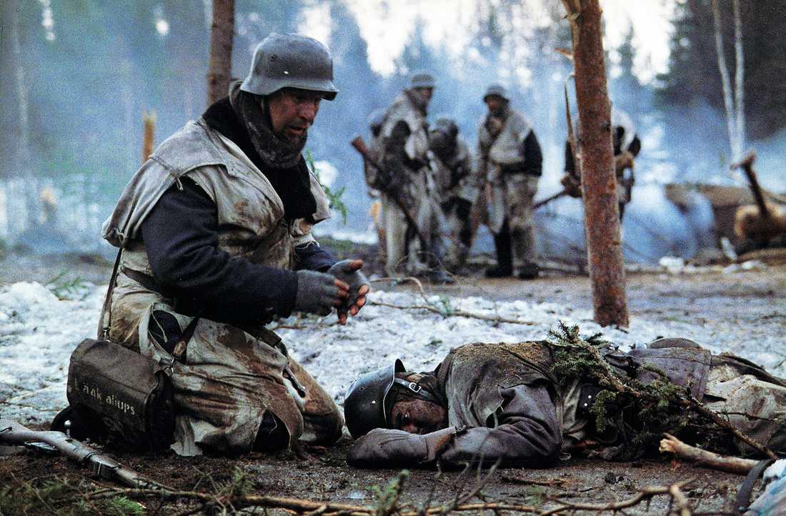"""Döden vid fronten, skildrad i filmen """"Vinterkriget"""" från 1989. 26000 finländare dödades och över 40?000 sårades i striderna. På den sovjetiska sidan stupade 127 000 man."""