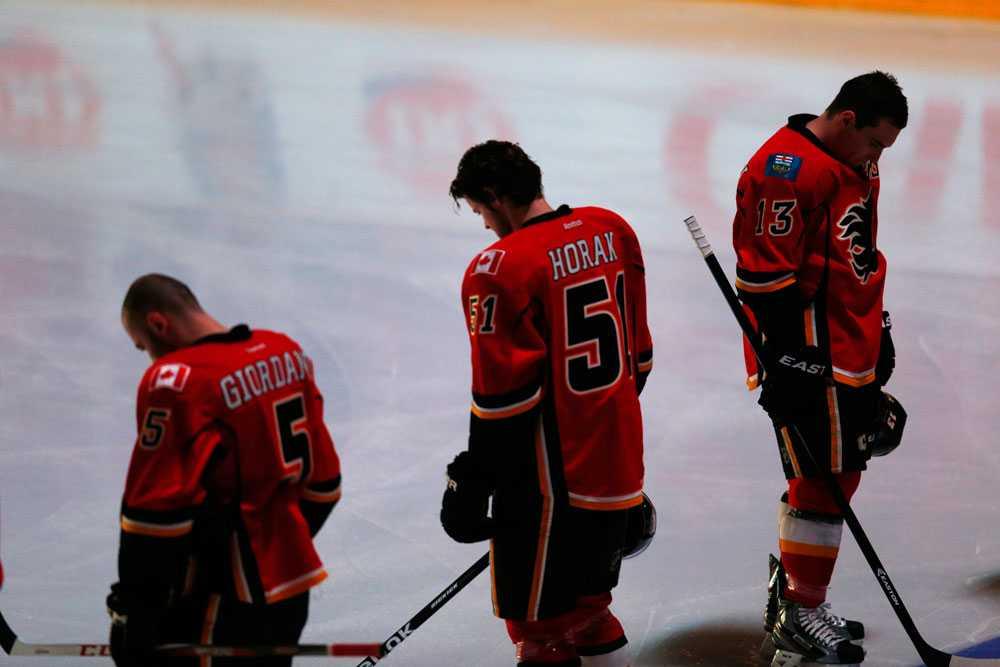Spelarna i NHL-laget Calgary Flames i tyst minut före matchen mot Minnesota