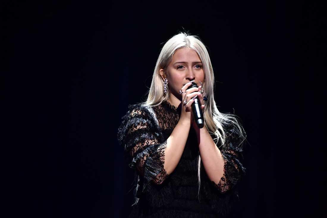 Rebecka Karlsson repar inför Melodifestivalen.