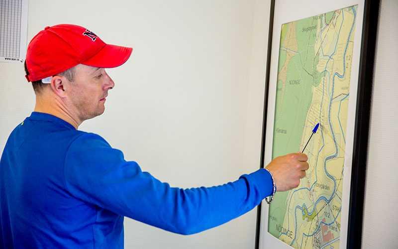 Robert Bergh visar en karta över gårdens marker och var de omdiskuterade hagarna ligger.