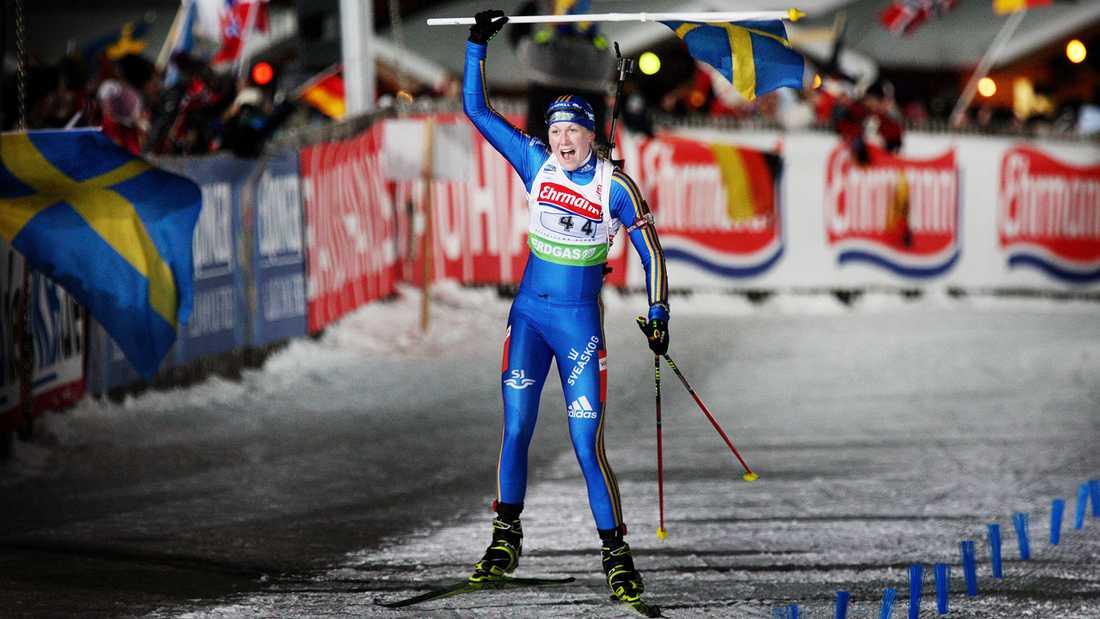 15 JANUARI 2010 ...sedan såg Helena Jonsson till att Sverige fick jubla i damernas stafettlopp.