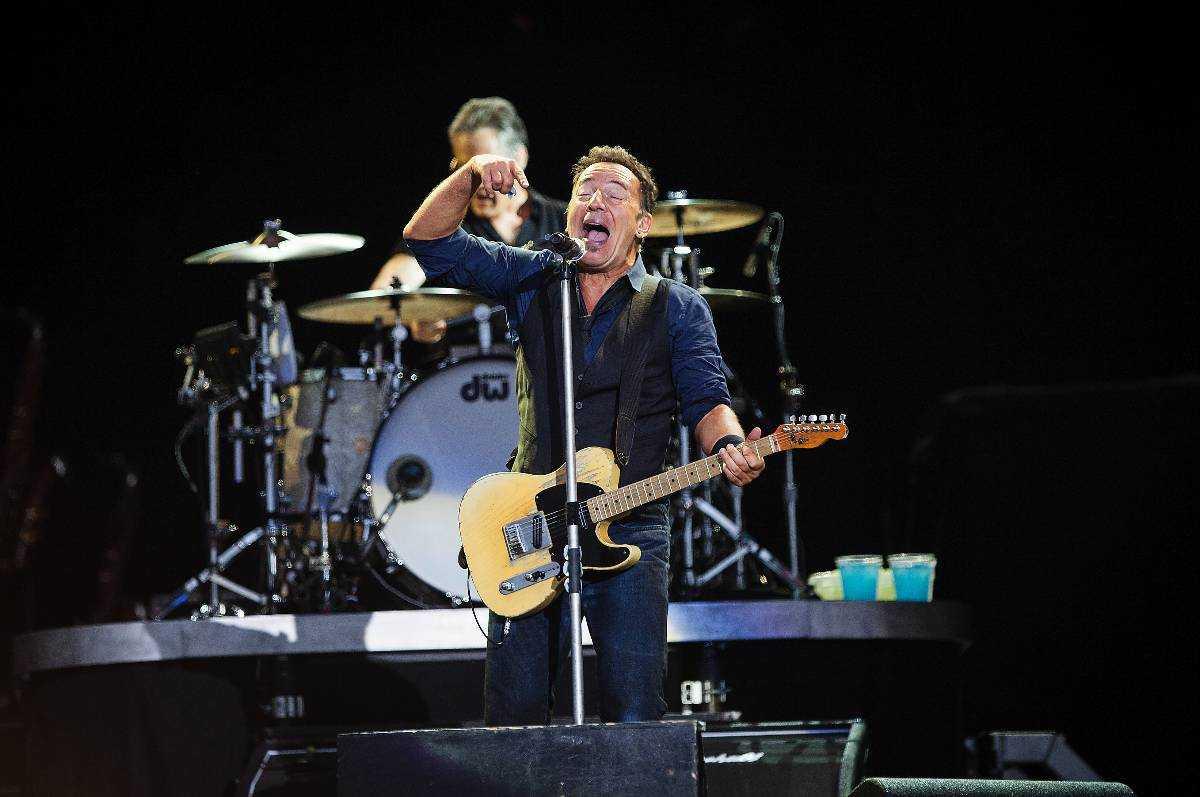 """BÅDAR GOTT INFÖR ULLEVI Bruce Springsteen chockstartar med """"No surrender"""" och rusar ut i publiken för att hälsa och kramas."""