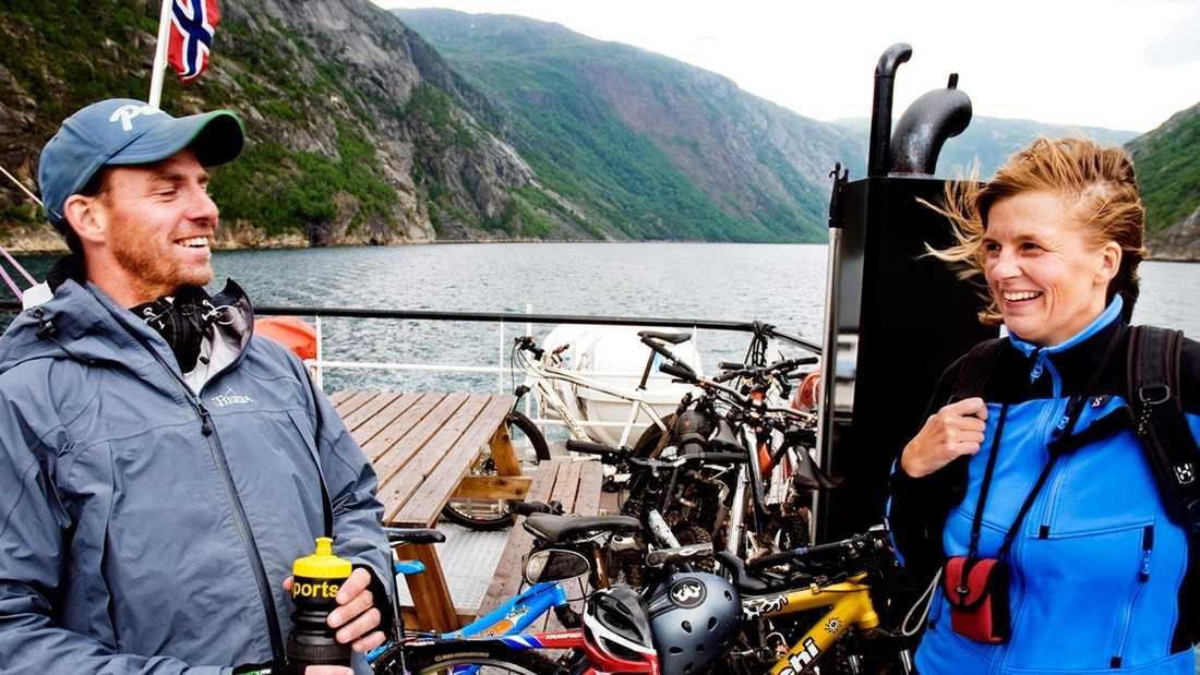 Magnus och Cilla Herling från Linköping kan pusta ut på båten mot Narvik. Deras söner har just gjort fjällcykeldebut och familjen hann precis med sista avgången för veckan.