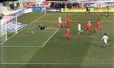 0-1 EFTER 43 SEKUNDER Lecces Javier Ernesto Chevanton rycker loss på högerkanten och hittar en lucka vid Magnus Hedmans högra stolpe.