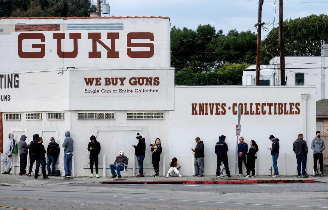 Köerna ringlar sig långa utanför en vapenaffär i Culver City, Calif.