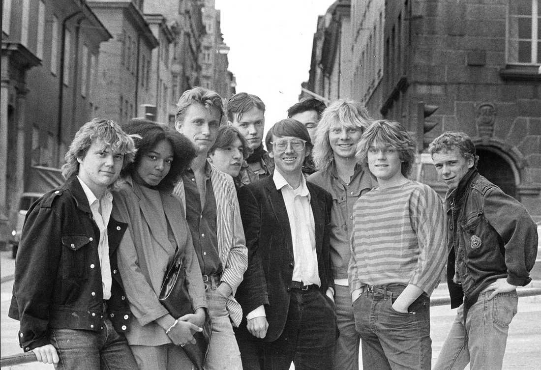 Staffan Hildebrand omringad av Tommy Ekman, Gigi Hamilton, Dan Sundquist, Sebastian Håkansson, Eddie Sjöberg, Staffan, Olle Ljungström, Christer Sandelin, Niclas Wahlgren och Peter Korhonen 1982.