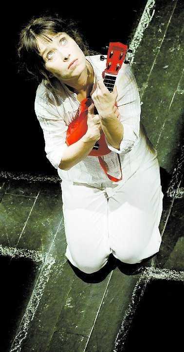 Sara Lindh är Carola Häggkvists eviga skugga.