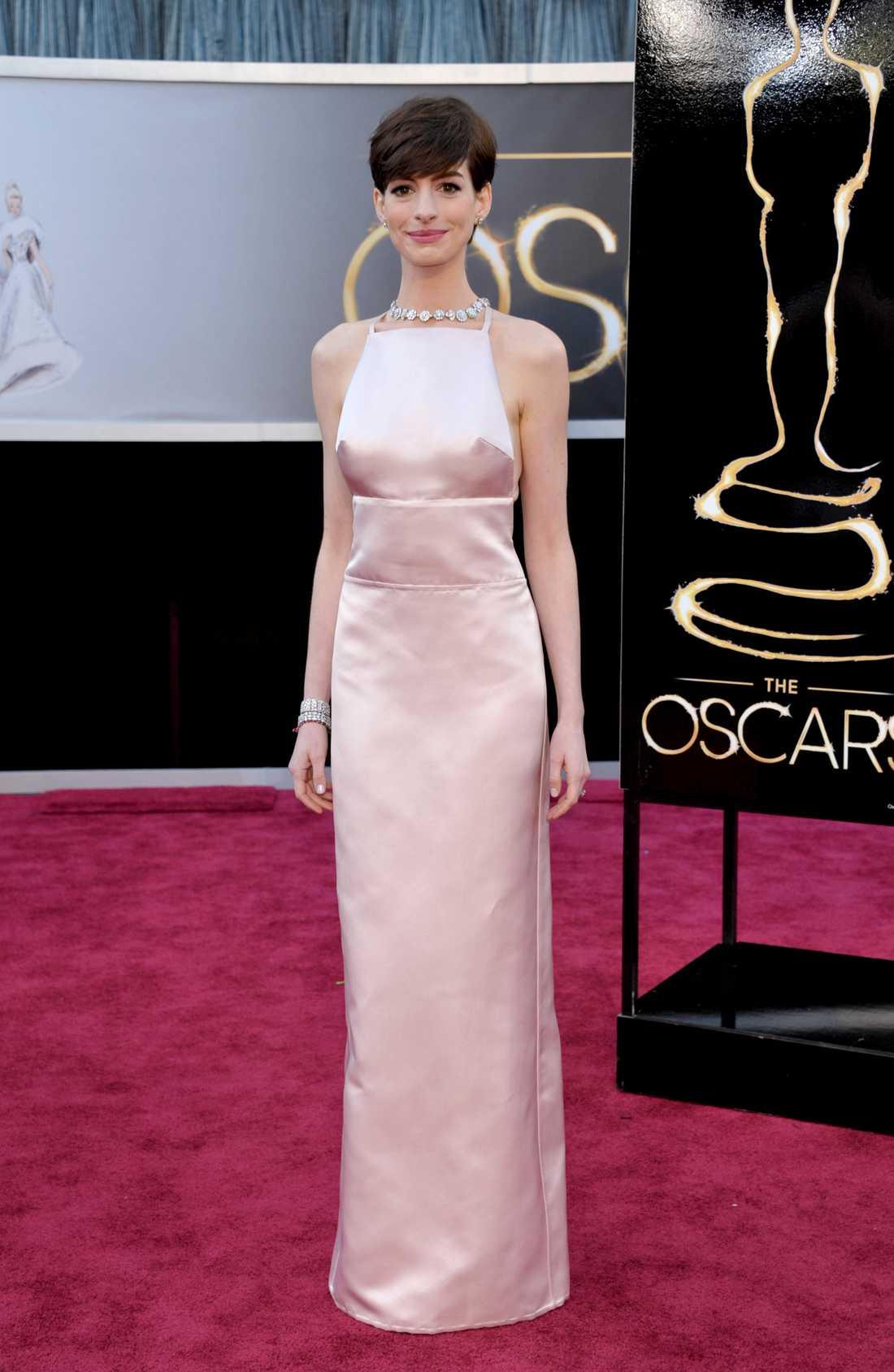 Anne Hathaway Anne är en drottning av det enkla. Här klädd i en fläckfri Prada och det är svårt att säga något annat än: elegant! Men är det lite väl säkert och anonymt? 3 plus.