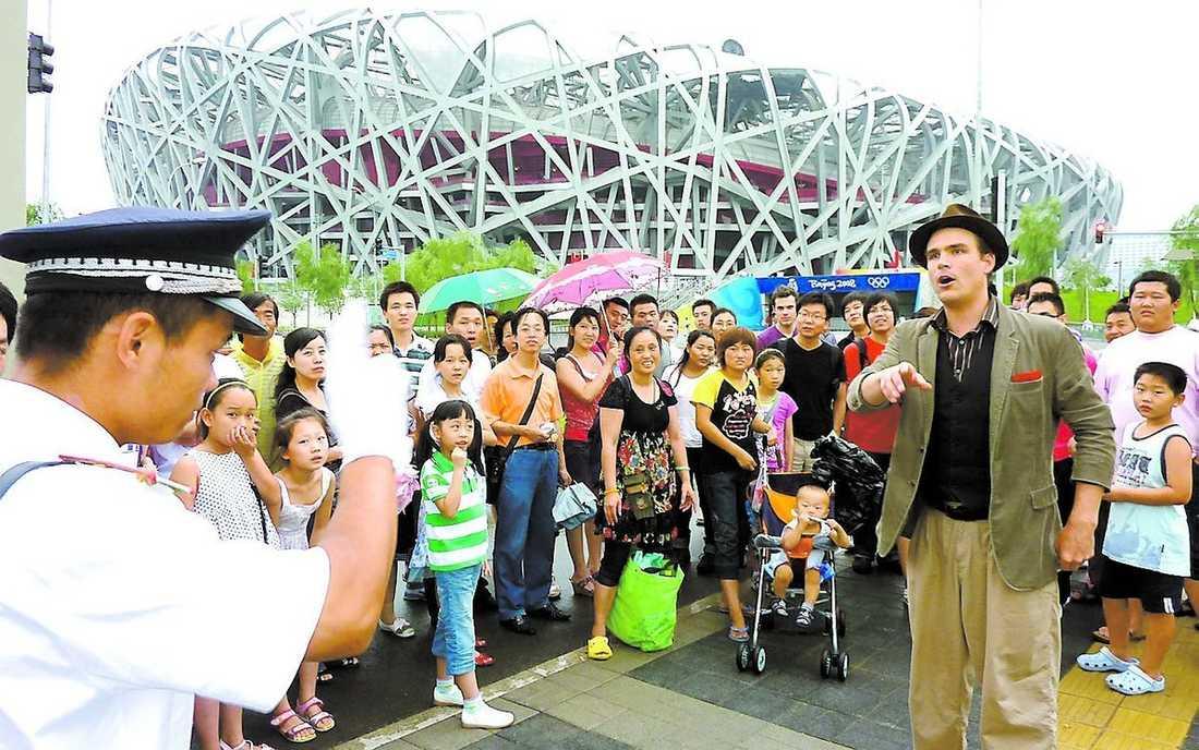 Magikern Charlie Caper blev för populär för den kinesiska polisens smak.