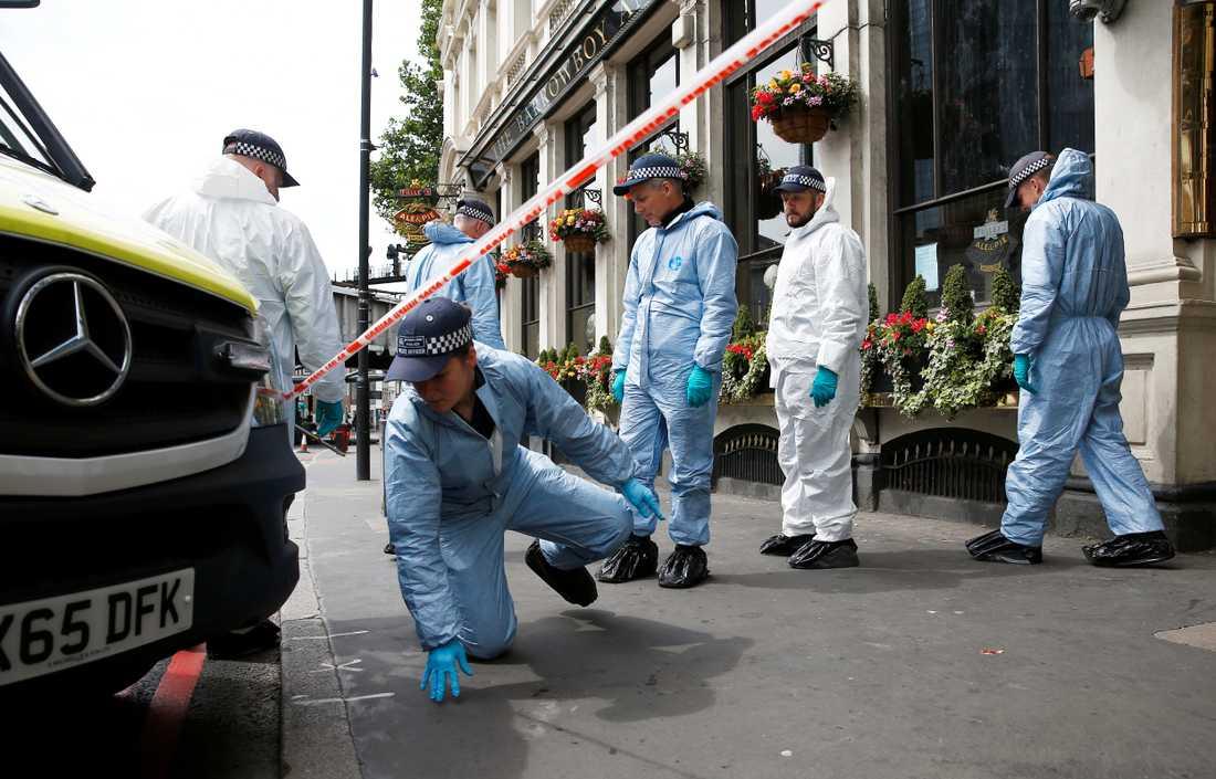 Polistekniker finkammar området kring London Bridge efter terrorattentatet.