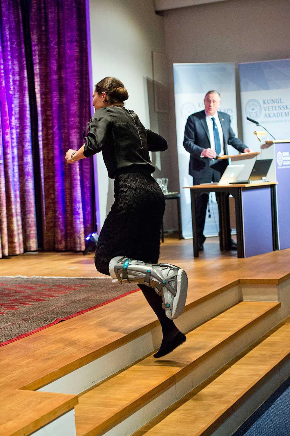 När hon gick upp på scenen hoppade hon på ett ben.