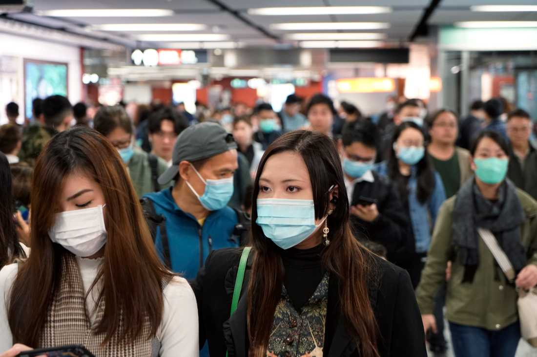 Resenärer på en tågstation i Hongkong bär munskydd för att skydda sig mot utbrottet av det nya coronaviruset.