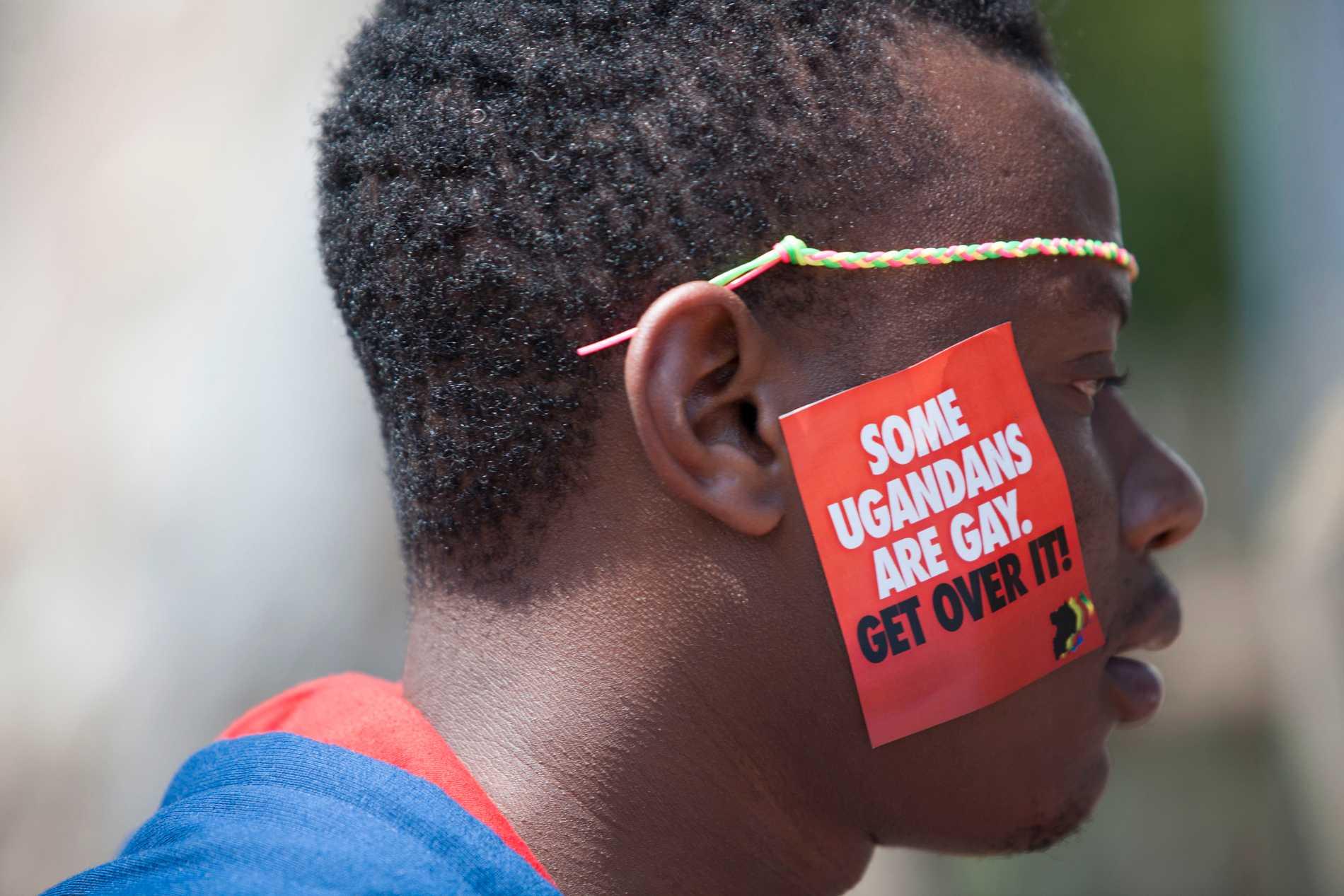 En man i Uganda deltar i en pridefestival i staden Entebbe. Lagarna kring homosexualitet blir allt strängare i landet, liksom i flera andra afrikanska länder. Arkivbild.