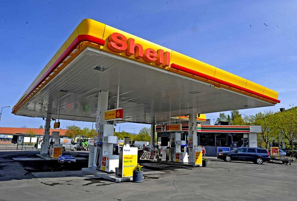Minst åtta av Shells bensinstationer har varit utsatta för skimning under sommaren.