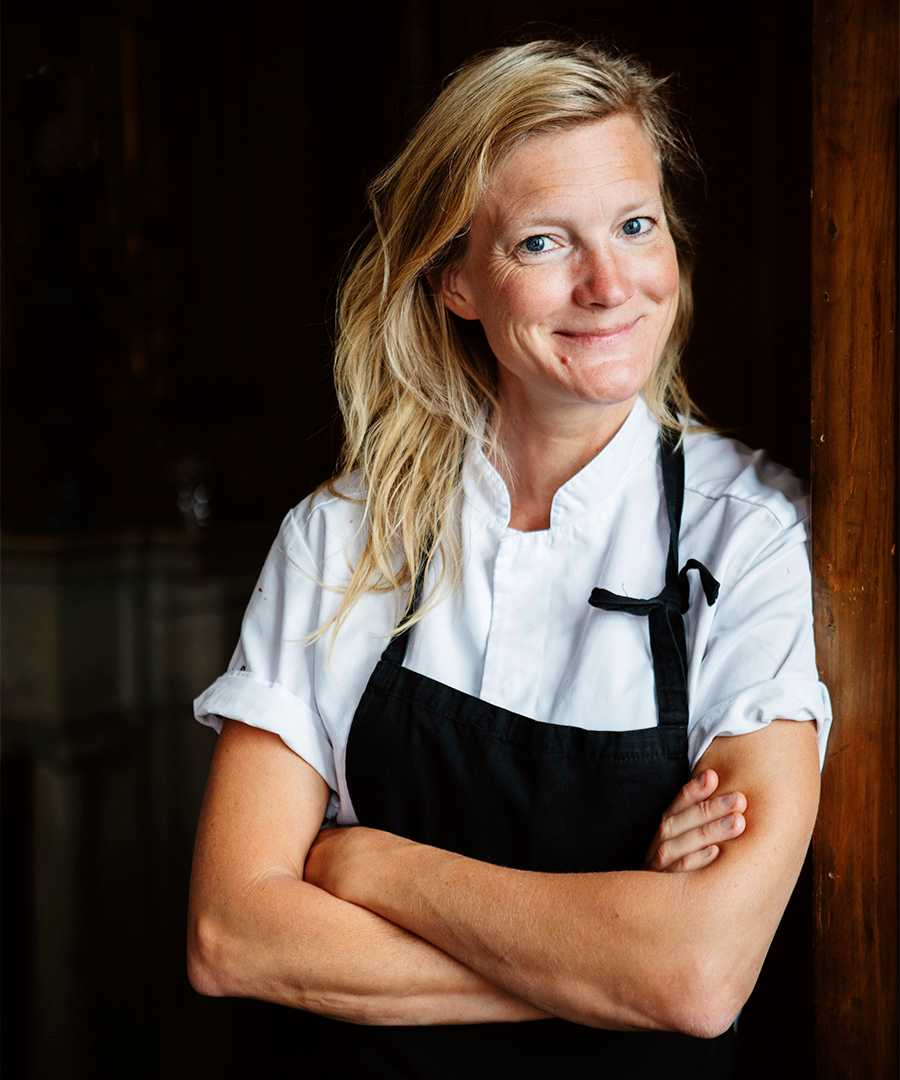 """SPARA SMART. """"Titta i kylskåpet och se vad du har hemma. Inventera regelbundet och ät upp maten innan den hinner bli för gammal. Även om du inte bryr dig om klimatet kommer du att spara tusenlappar"""", säger kocken Karin Sundgren."""