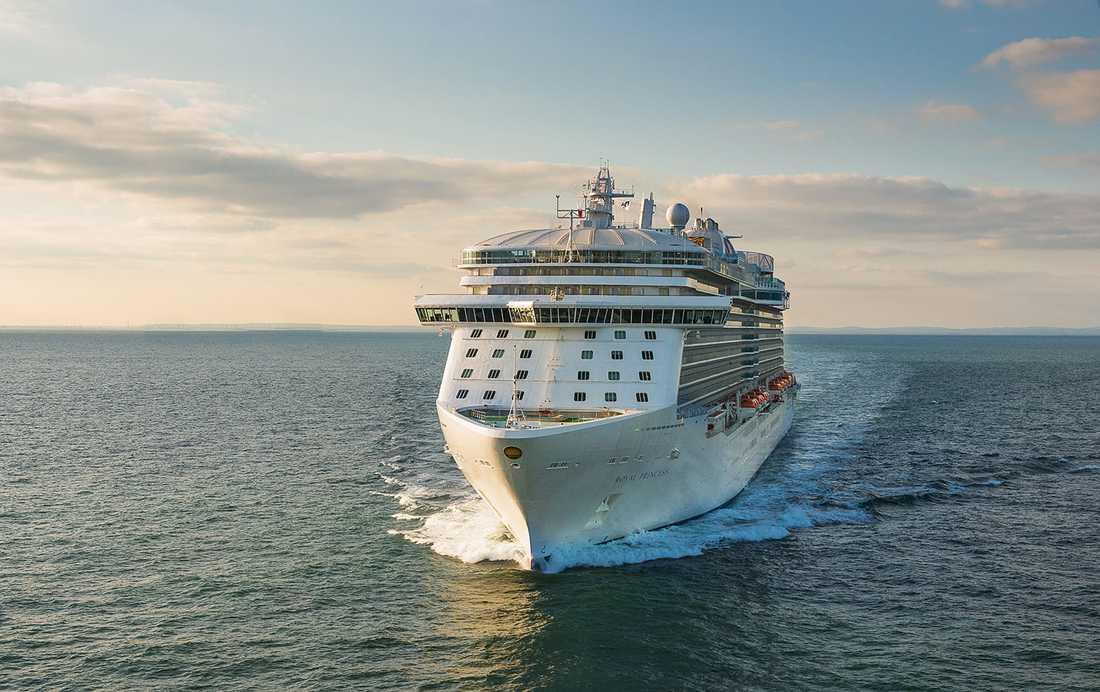Royal Princess på väg in mot dopet i Southampton på den engelska sydkusten.