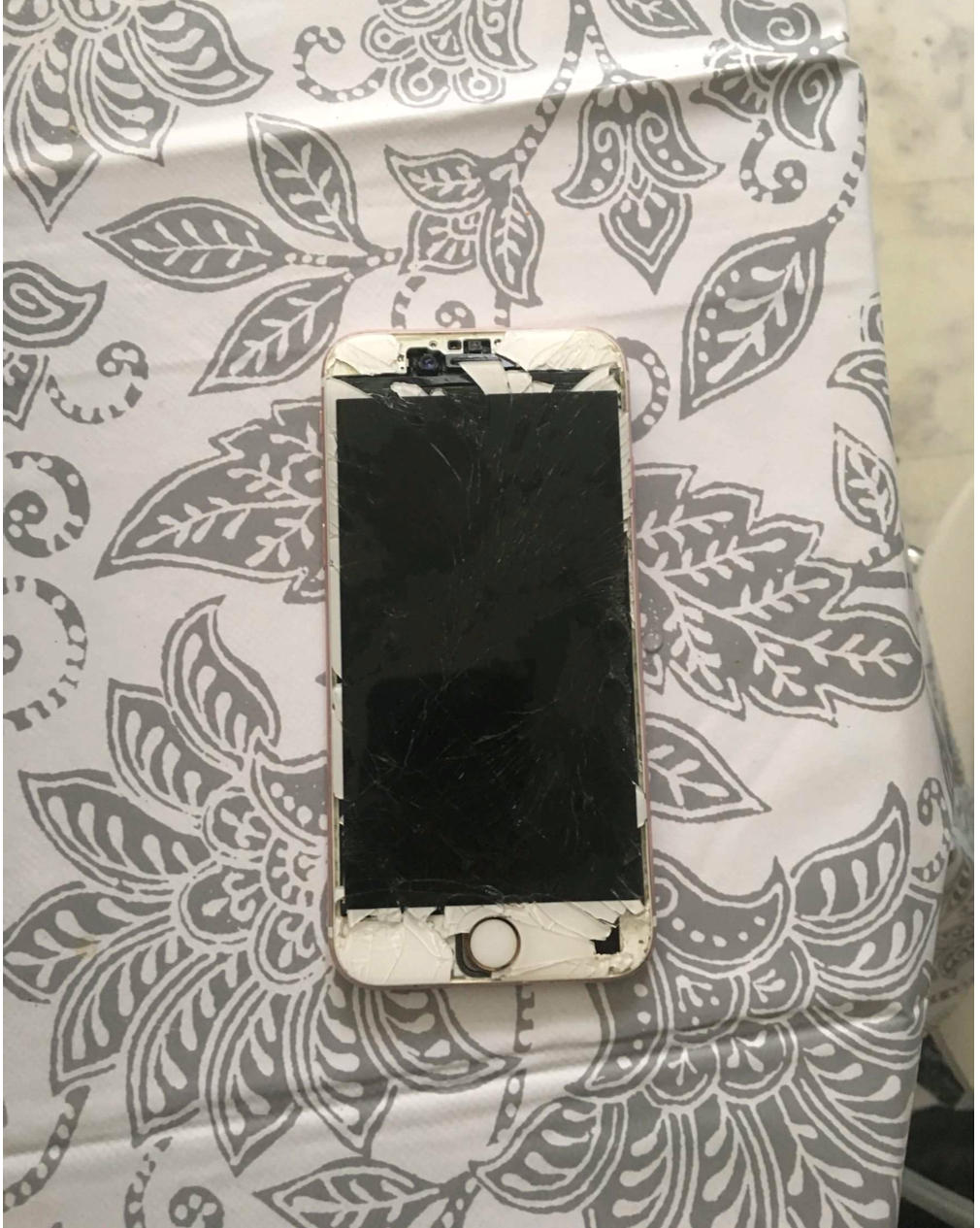 Telefonen låg mellan kvinnans ben när hon hittades död.
