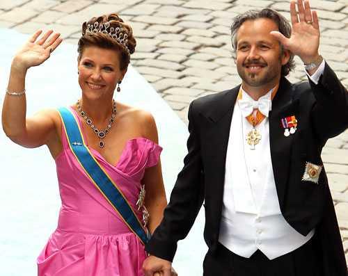 Norska prinsessan Märtha Louise och maken Ari Behn anländer till Storkyrkan i Stockholm inför vigseln mellan kronprinsessan Victoria och prins Daniel i juni i år.