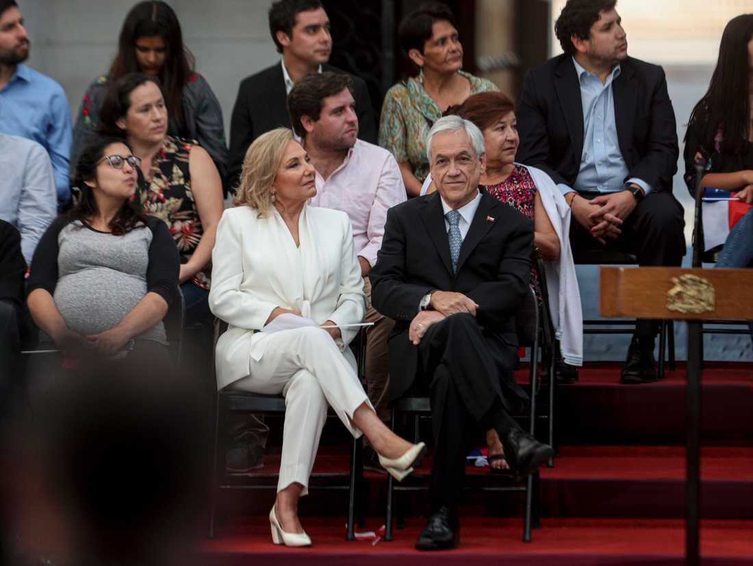 Chiles president Sebastián Piñera med frun Cecilia Morel inför en ceremoni vid presidentpalatset La Moneda i Santiago den 11 mars då han firade två år som president.