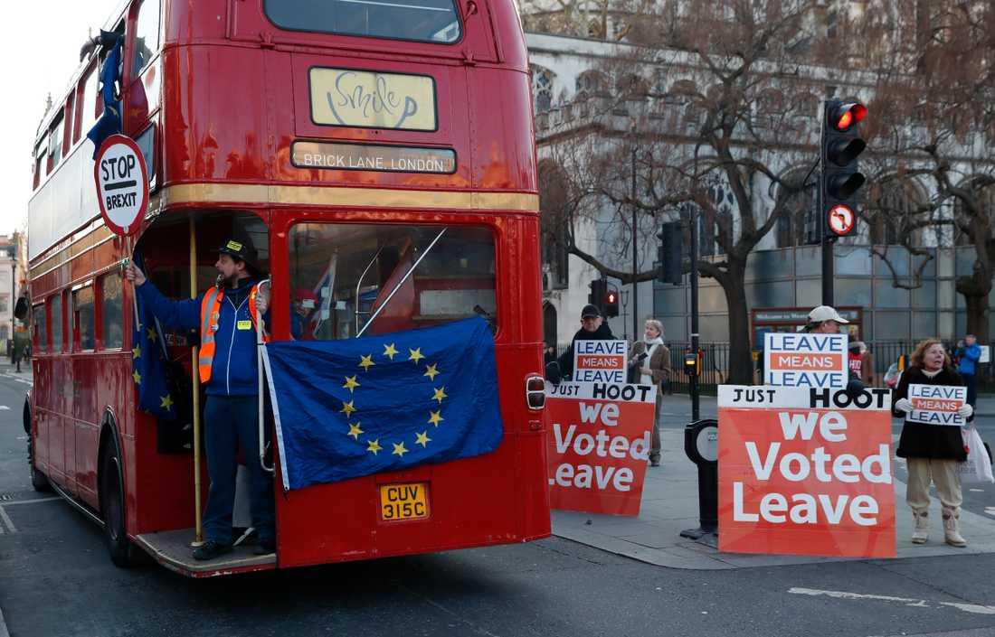 Stanna eller gå? För eller emot? Brexitanhängare och brexitmotståndare fortsätter att demonstrera nära parlamentet i London.