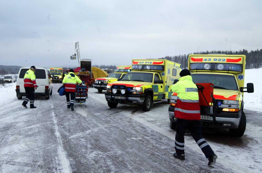 AMBULANS PÅ PLATS EFTER 2O SEKUNDER. Alla lediga ambulanser i hela Dalarna dirigerades om till busskraschen i Gagnef. Den första som hann fram var en sjuktransport som befann sig bara ett stenkast bort.