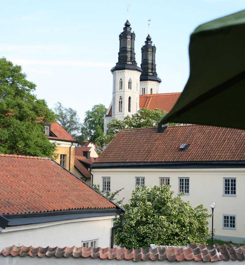 Rosornas stad. Från balkongen syns Visbys domkyrka, Sankta Maria.