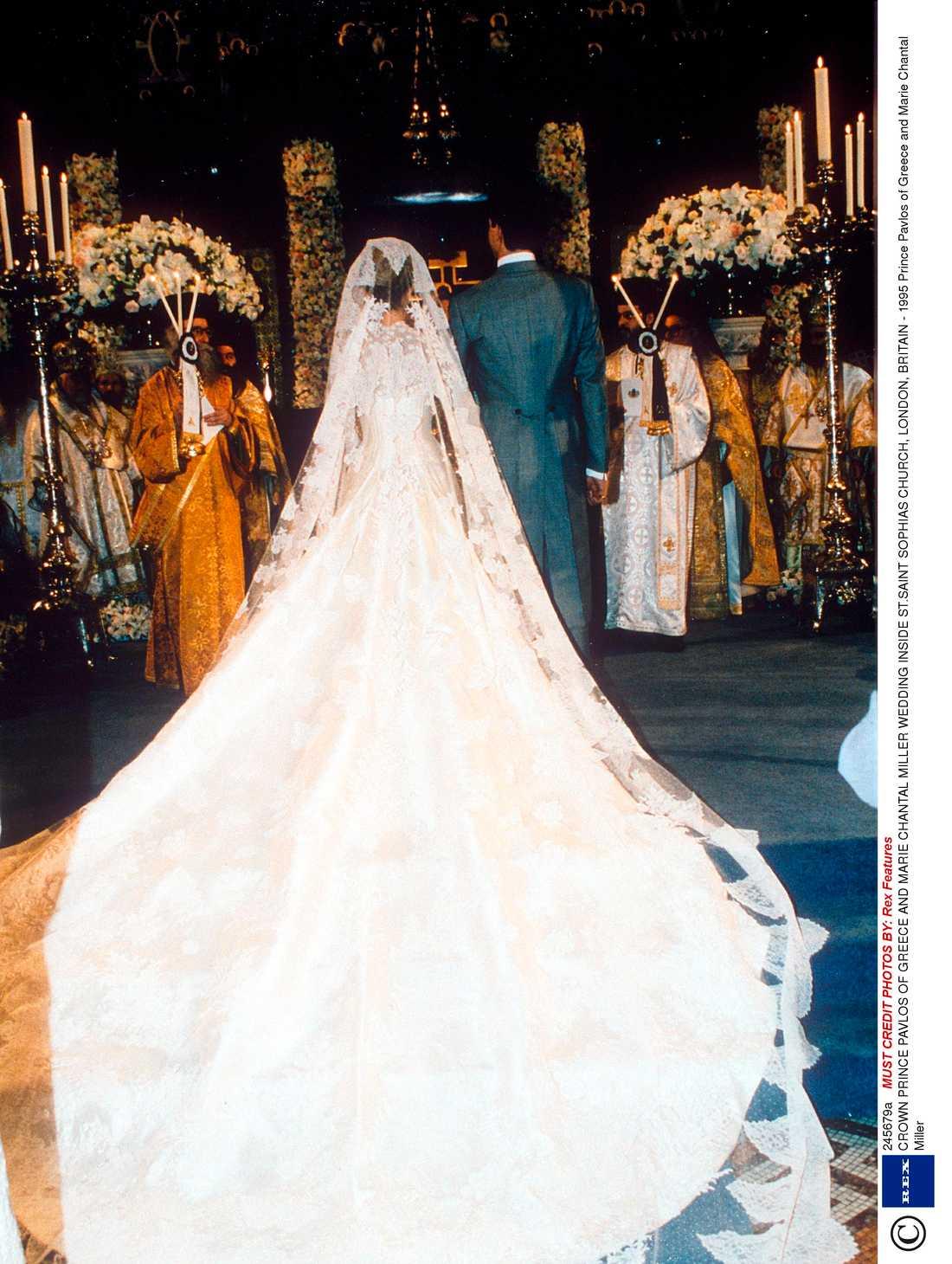 Marie Chantal som är gift med den grekiske ex-prinsen Pavlos är nära vän till Valentino. Han gjorde hennes klänning som hade spetsdetaljer.