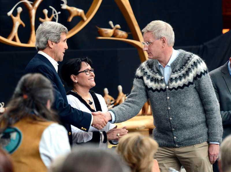 Vår egen utrikesminister mötte upp Kerry iklädd kofta.
