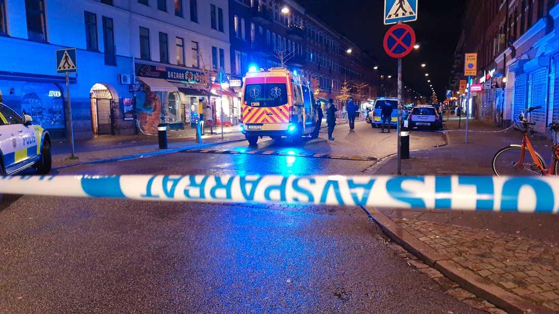 Två ungdomar fick livshotande skador efter en skottlossning i en pizzeria.