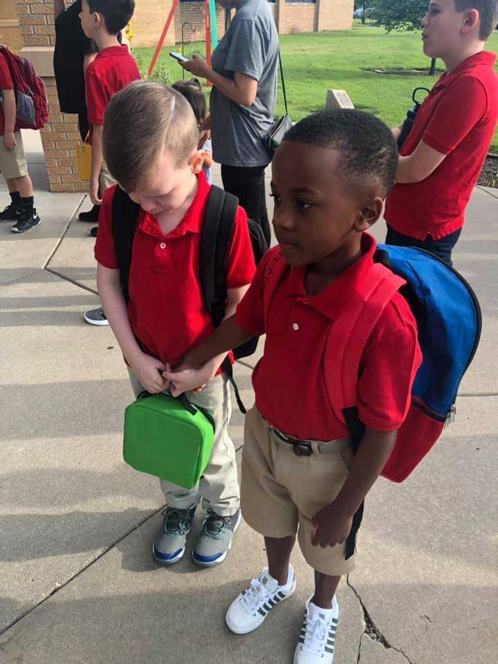 Åttaårige Connor, till vänster, grät vid skolstarten.
