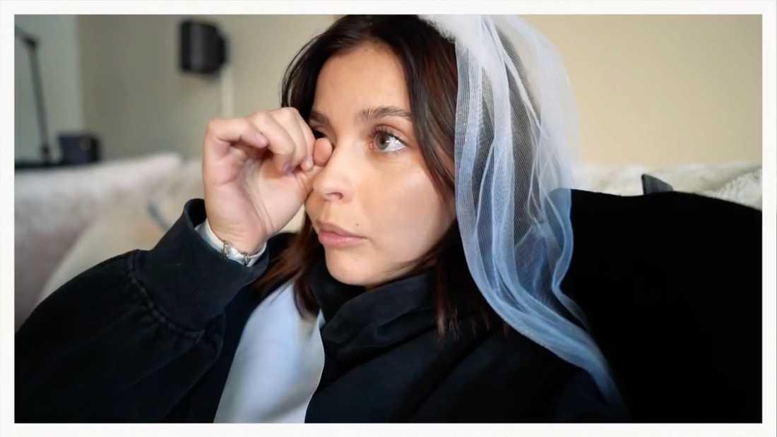 Nicole Falciani i tårar över de förstörda bröllopsplanerna på sin Youtube-kanal.