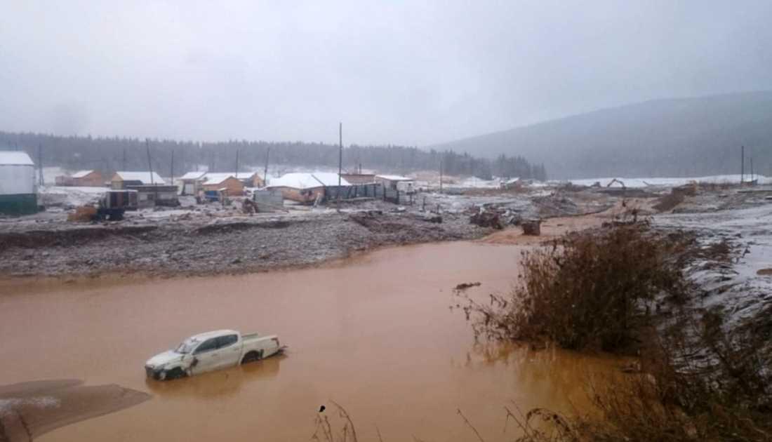 Stora mängder regn fick dammen att brista.
