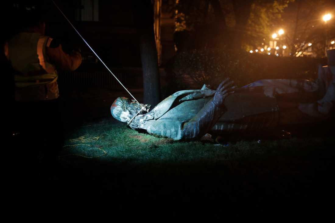 Statyn i Washington över sydstatsgeneralen Albert Pike störtades, lynchades och brändes på Juneteenth, den dag då slaveriets slut firas i USA.