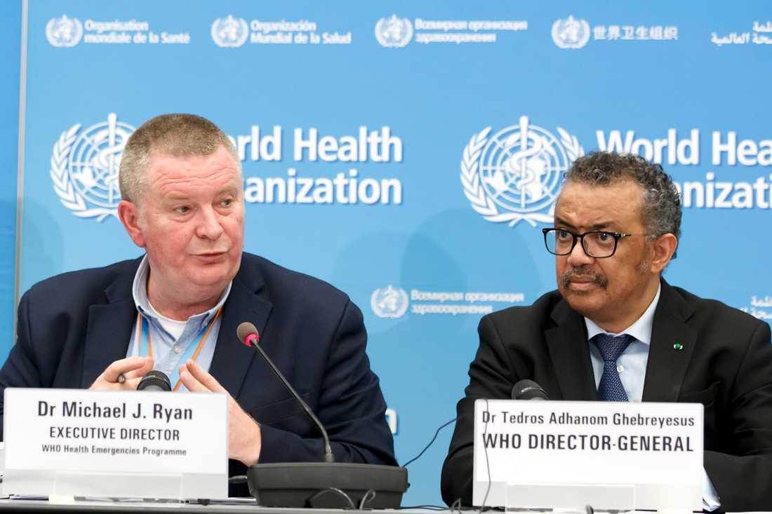 WHO:s verkställande direktör Michael Ryan (till vänster) och WHO-chefen Tedros Adhanom Ghebreyesus varnar världens alla länder för coronavirusets spridning, Utspelet görs på en presskonferens i Genève i Schweiz.