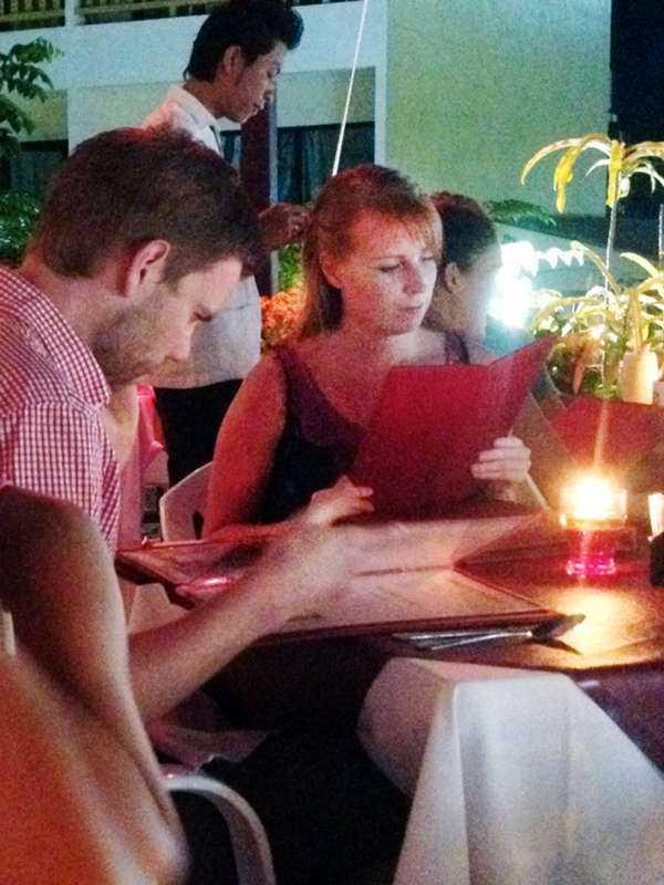 Övergav solresan I dag landade Centerpartiets ledare Annie Lööf i Sverige. Bakom sig lämnar hon värmen i Thailand, där hon i söndags besökte restaurang Eden i Aonang.