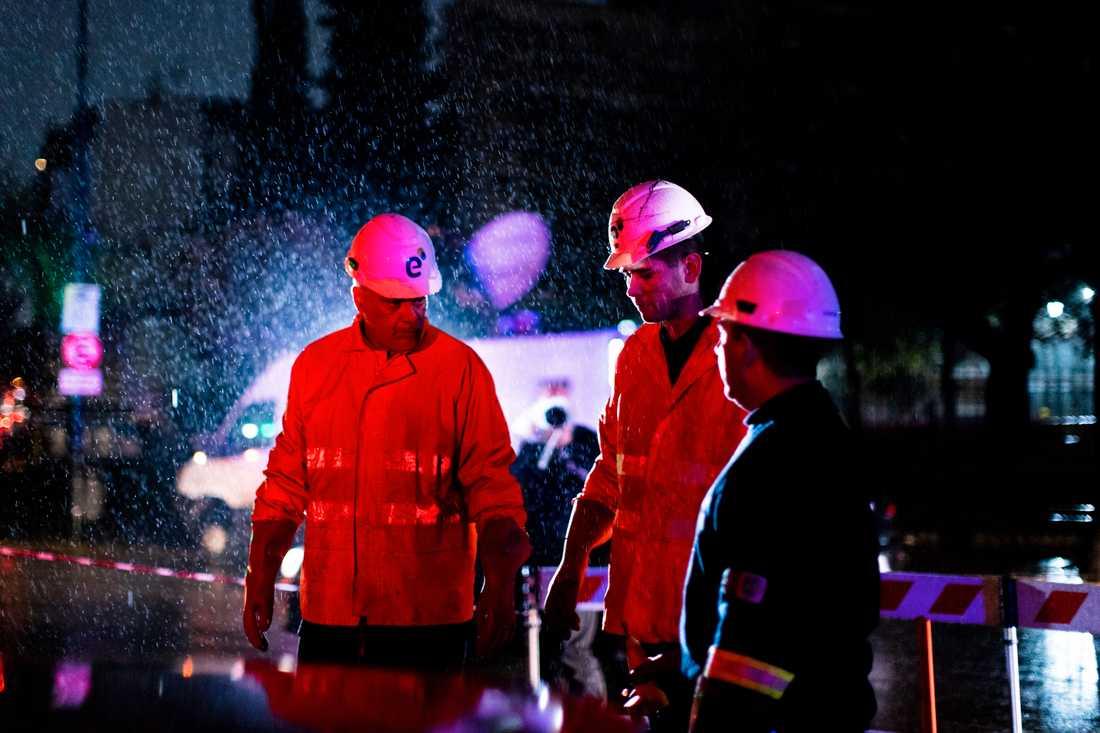 Tekniker i Argentinas huvudstad Buenos Aires försöker laga en generator under det omfattande strömavbrottet som lamslog delar av Sydamerika.