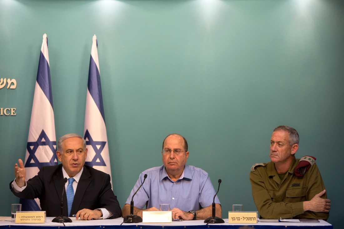 Israels premiärminister Benjamin Netanyahu (längst till vänster) med den dåvarande överbefälhavaren Benny Gantz (längst till höger) 2014.